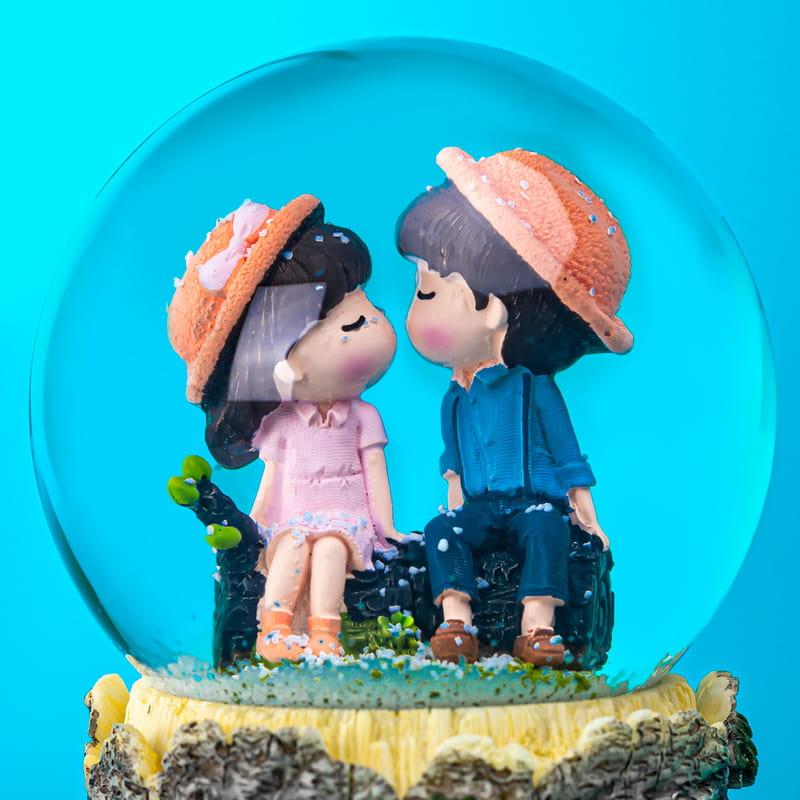Sevgiliye Hediye Öpüşen Aşıklar Işıklı Kar Küresi