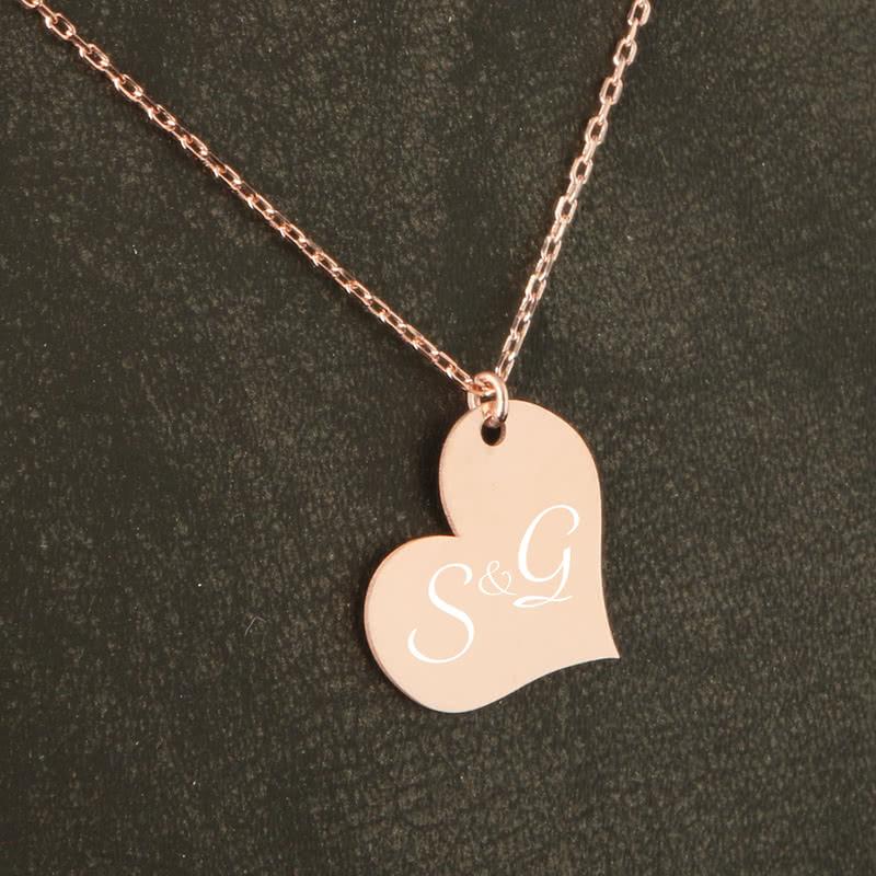 Kalp Tasarımlı Baş Harf İşlemeli Rose Gümüş Kolye