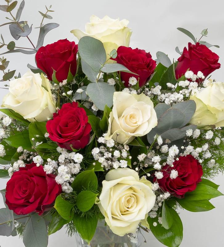 Dekoratif Cam Vazoda Kırmızı Beyaz Güller