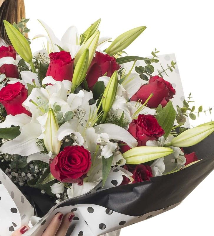 Kırmızı ve Beyazın Büyüsü Çiçek Buketi