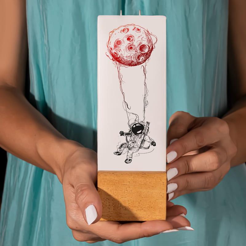 Aydaki Astronot Tasarımlı Minimal Ahşap Kaideli Mum