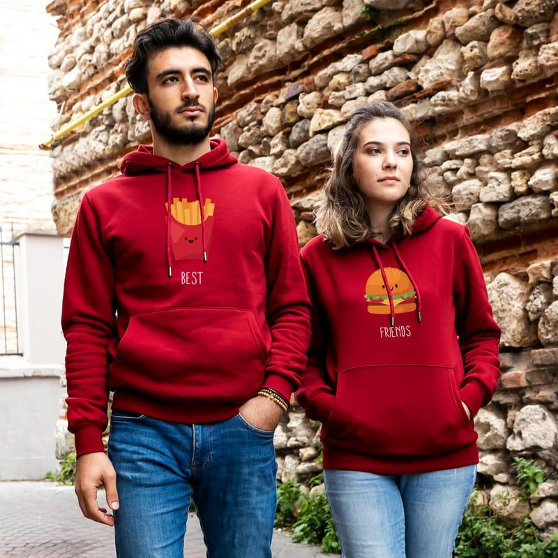 Birbirini Tamamlayan Arkadaşlara Esprili Kapşonlu Sweatshirt Kombini