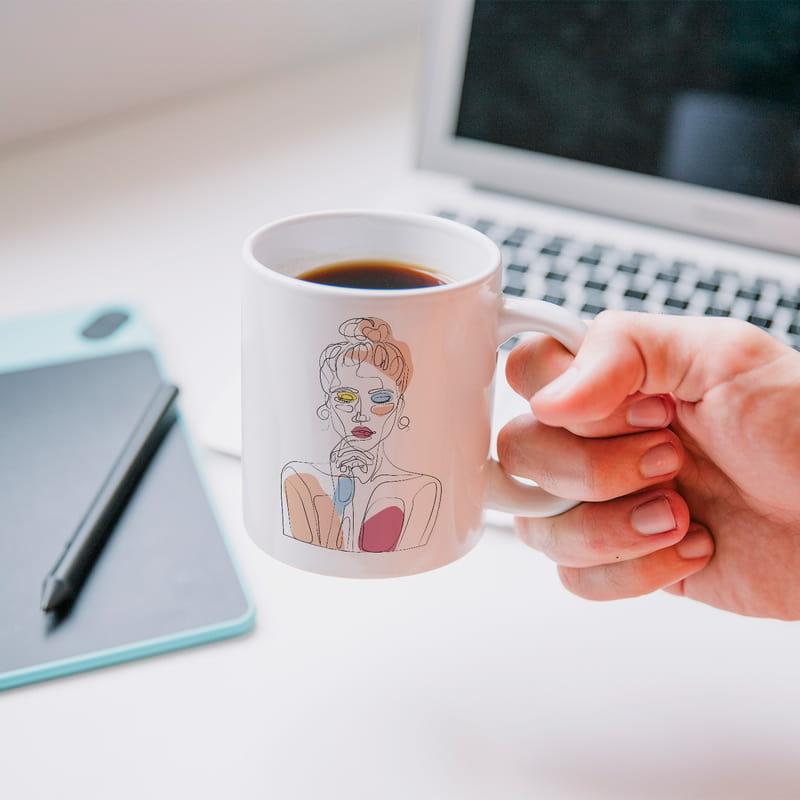 Line Art Düşünen Kız Tasarımlı Porselen Kahve Kupası