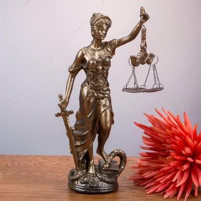 Avukat Arkadaşa Hediye Adalet Heykeli