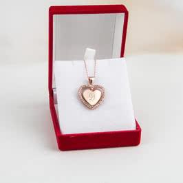 Dönen Kalp Baş Harfler İşlemeli Aşk Kolyesi